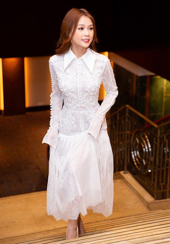 Sam diện váy trắng kiểu dáng thanh lịch, kín đáo đi sự kiện. Cô được nhiều người khen ngợi về gu thời trang đơn giản, tinh tế.
