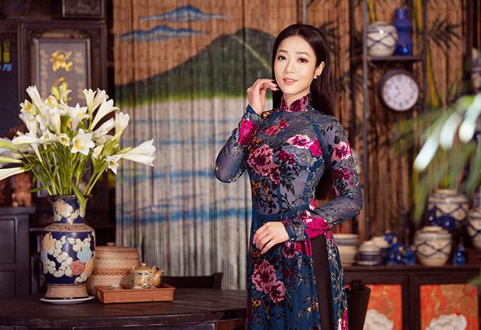 Nữ ca sĩ nhận lời làm mẫu ảnh, giới thiệu sưu tập áo dài truyền thống của nhà thiết kế Bảo Bảo.