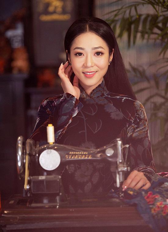 Nữ ca sĩ thích thú hoá cô thợ may xinh đẹp, e ấp làm duyên trước ống kính.