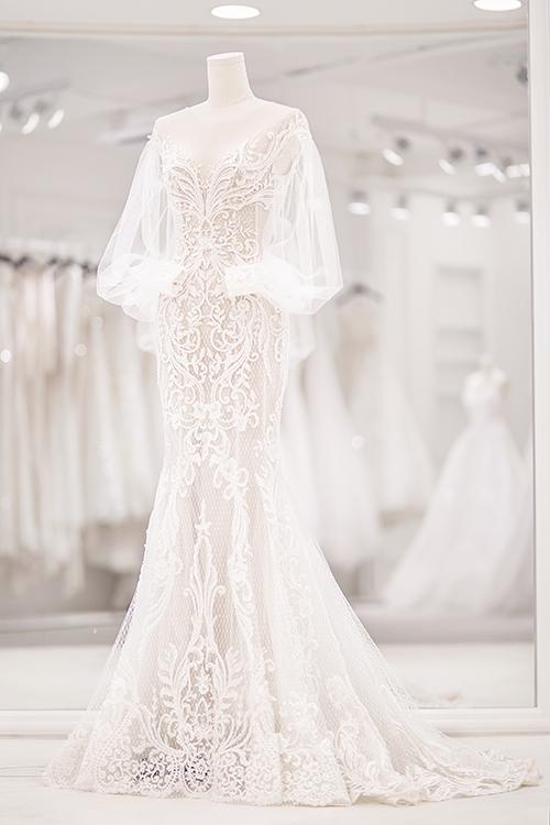 Bảo Thy thích sự nhẹ nhàng, vẻ tinh khôi nên các trang phục cưới mà Chung Thanh Phong mang tớiđều cósắc trắng, làm toát lên thần thái tươi trẻ, vẻ đẹp trong trẻo của tân nương.