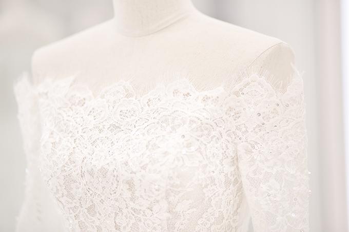 Cổ váy ngang giúp khoe khéo nét đẹp nơi bờ vai thon, cần cổ gầy mảnh mai của Bảo Thy.