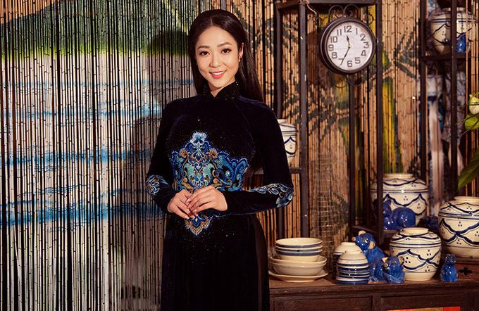 Diện tà áo dài nhung, Hà Thanh Xuân gợi nhớ vẻ đẹp của phụ nữ Việt Nam quyền quý thời xưa.