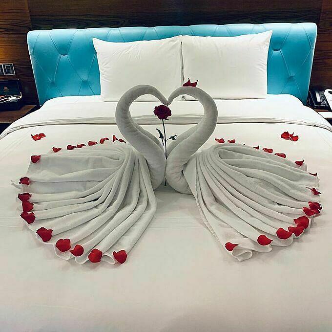 Thiết kế lãng mạn này không phải chỉ dành riêng của Bảo Thy mà bất cứ aiđặt phòng ở đây mà có ghi chú là phòng uyên ương hay phòng tân hôn đều sẽ được nhân viên khách sạn sắp xếp chỉn chu, tạo không khí ấm áp tối đa để du khách trải nghiệm.