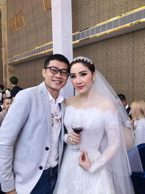 Bộ cánh để cô dâu chào bàn mang phom dáng chữ A đơn giản. Ảnh: Facebook