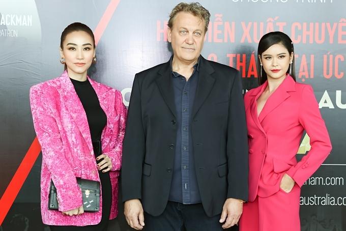 Trương Quỳnh Anh (phải) chụp ảnh cùng Ngân Khánh và ông Dean Carey - thầy dạy diễn xuất của Hugh Jackman trong phim Người sói.