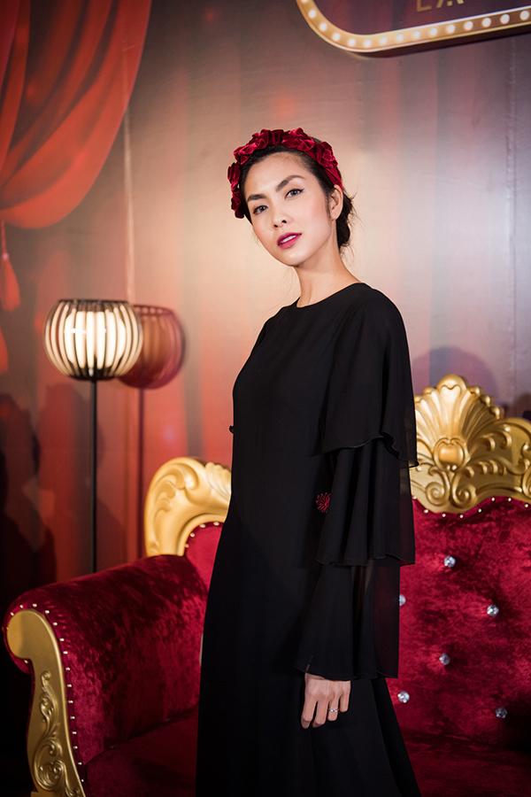 Dù giảm cân nhưng Tăng Thanh Hà vẫn được khen xinh đẹp và giữ được thần thái cuốn hút, nổi bật mỗi khi xuất hiện. Trong sự kiện tối qua, Hà Tăng kết hợp mấn đội đầu vớiáo dài đen trong bộ sưu tập mới nhất của La Phạm.