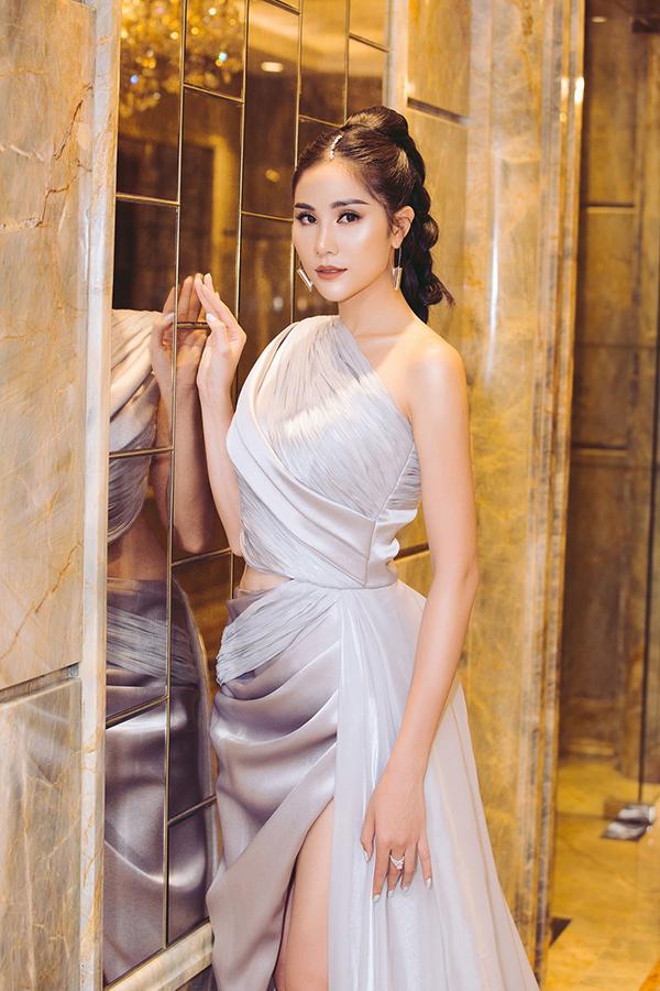 Sau khi trở về từ cuộc thi Miss Earth 2019, Hoàng Hạnh đắt show sự kiện. Cô cũng đầu tư hơn về mặt hình ảnh mỗi lần xuất hiện. Tại sự kiện làm đẹp hôm 16/11, cô chọn váy dạ hội của nhà thiết kế Thái Nguyễn.