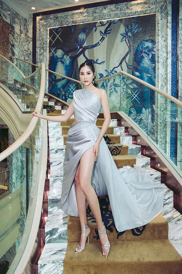 Hoàng Hạnh sở hữu chiều cao 176cm với đôi chân dài 115cm. Cô thường xuyên chọn những bộ váy xẻ cao để khoe tối đa lợi thế chân dài.