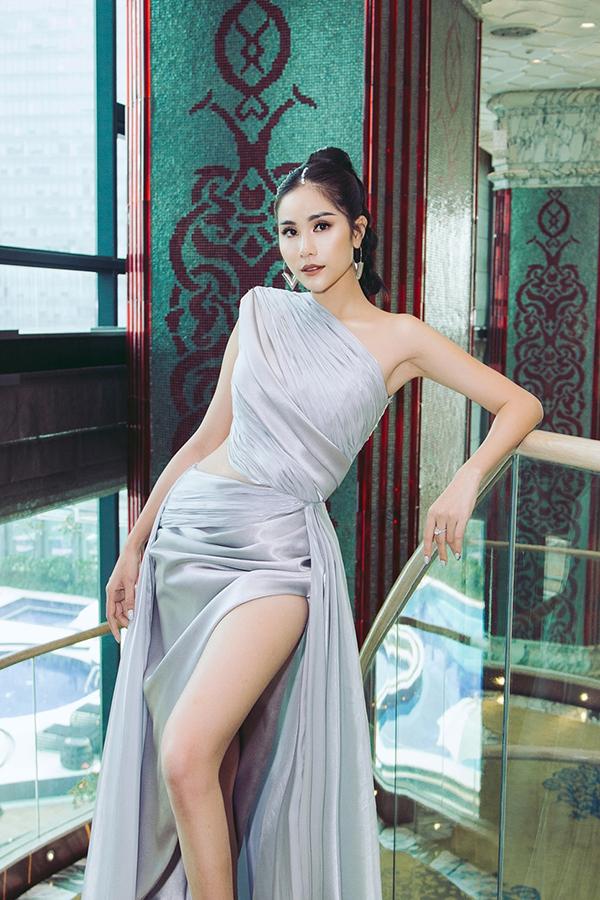 Không chỉ xẻ cao, chiếc váy này còn được cut-out kết hợp đắp ren phần eo, giúp người đẹp khoe được vòng 2 thon thả.