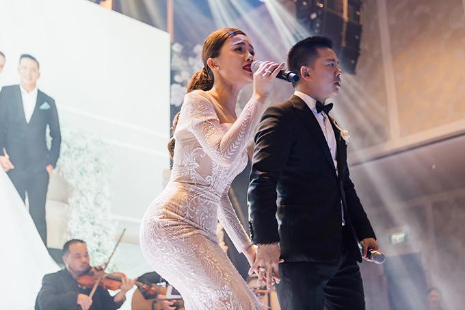 Nhóm thiết kế khai thác chất liệu vải tulle ánh kim cho tấm áo cưới cuối cùng của cô dâu, tạo hiệu ứng bắt sáng khi nữ ca sĩ đứng trên sân khấu tiệc cưới.