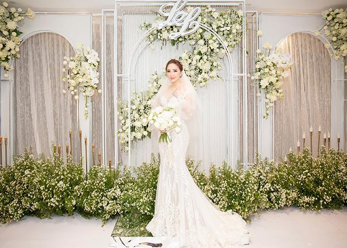 Mẫu đầm đầu tiên mà Bảo Thy diện mang phom dáng đuôi cá. NTK Chung Thanh Phong tiết lộ Bảo Thy là một cô dâu kiên định, biết rõ và hiểu mình muốn gì. Vì thế, điều mà Chung Thanh Phong cần đem lại cho người đẹp là tạo nên trang phục khiến cô dâu hài lòng, tâm đắc.