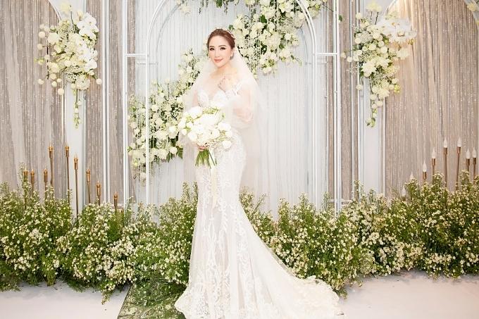 Bảo Thy diện váy cưới lộng lẫy.