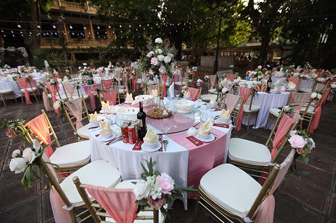 Trên ghế ngồi của khách mời đều được gắn hoa hồng tươi.