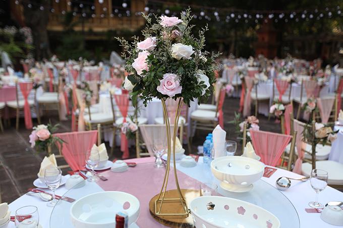 Mỗi bàn tiệc đều có tiểu cảnh là bình hoa hồng, tạo nên không gian lãng mạn.