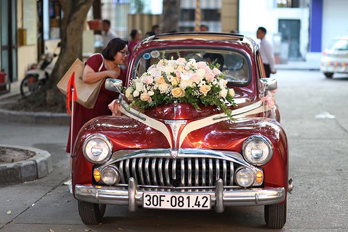 Xe hoa của uyên ương đều được điểm hoa tươi gồm hồng, lan hồ điệp.