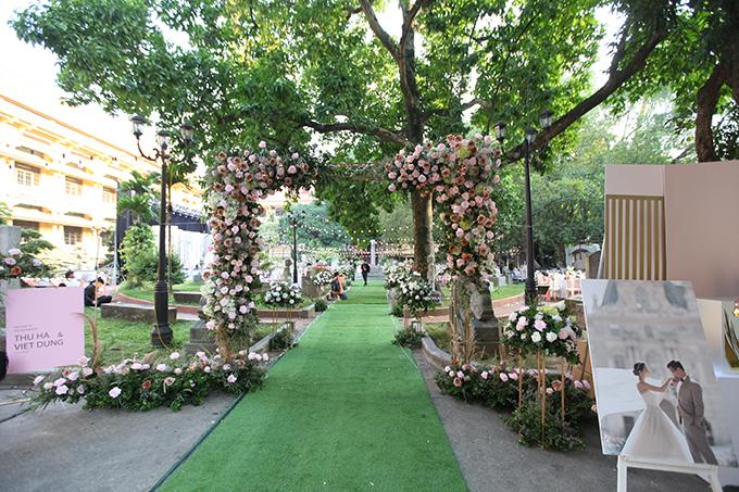 Tiệc cưới của người đẹp được tổ chức trong sân vườn kiểu Pháp. Thu Hà mong muốn đem tới một không gian cưới mới lạ, không lộng lẫy xa hoa như ở các trung tâm tiệc cưới mà có sự nhẹ nhàng, thanh lịch, gần gũi thiên nhiên.