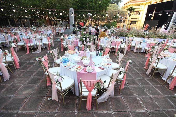 Uyên ương chọn bàn tròn, ghế Chiavari gắn dải lụa hồng cho không gian cưới sân vườn.