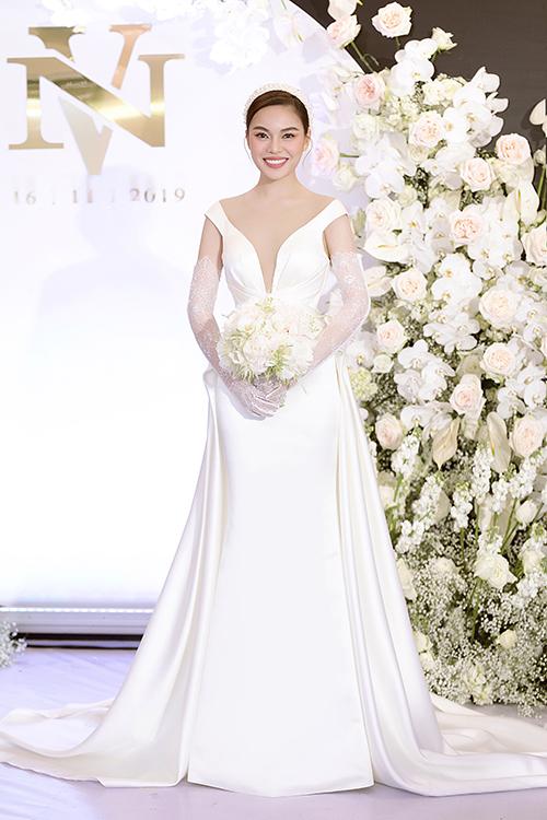 Trong tiệc cưới tối 16/11, cô dâu Giang Hồng Ngọc lần lượt diện 3 thiết kế váy cưới khác nhau mang âm hưởng châu Âu, đượcdựa trên cảm hứng từ các bộ đầm mà nữ ca sĩ diện khi lên ngôi Quán quân của 3 cuộc thi âm nhạc: Nhân tố bí ẩn, The Remix, Cặp đôi hoàn hảo.