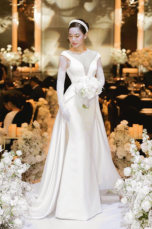 Mẫu đầm đón khách đầu tiên mà người đẹp diện mang phong cách thời trang thập niên 1960. Cô dâutrao đổi về 3 chiếc váy quan trọng trong sự nghiệp và hoàn toàn không biết chiếc váy trong mơ của mình trông như thế nào cho đến ngày thử váy, đại diện nhóm thiết kế tiết lộ.