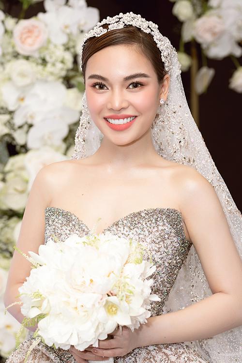 Phụ kiện cưới của cô dâu là voan dài, lấy cảm hứng từ trang phục cưới lộng lẫy của phụ nữ vùng Trung Đông.