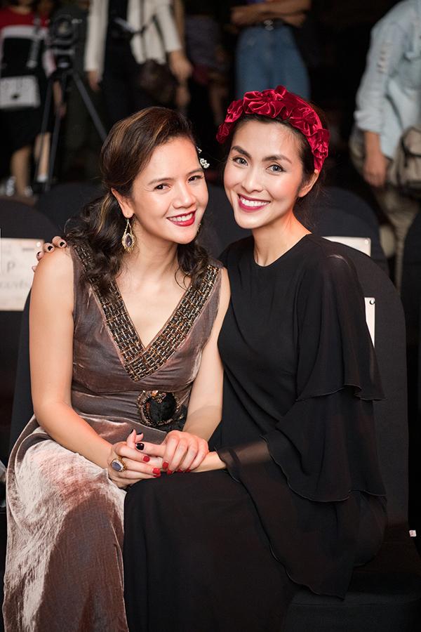 Ngọc nữ màn ảnh ngồi hàng ghế đầu theo dõi bộ sưu tập áo dài mới nhất của nhà thiết kế La Phạm. Sau khi show diễn kết thúc lúc 8h tối, cô ra sân bay để về lại Sài Gòn ngay trong đêm.