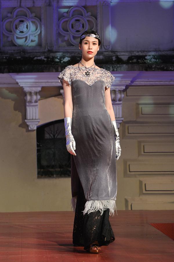 Những chi tiết đặc trưng của cảm hứng Grastby như lông vũ, tua rua, pha lê lấp lánh... được khai thác tối đa trên các thiết kế áo dài.