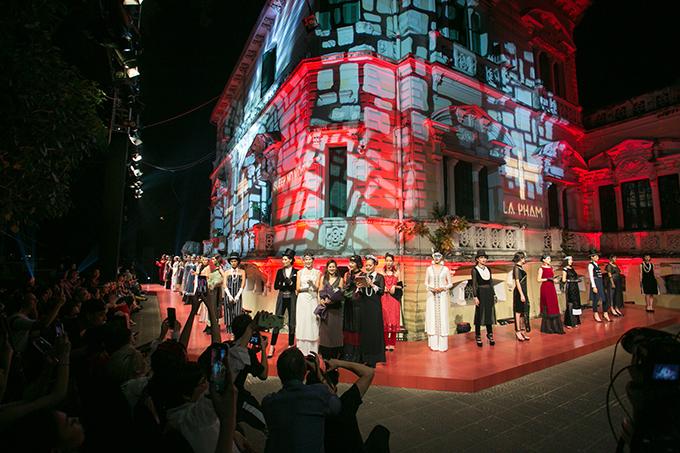 Hơn 20 bộ trang phục trong showSleep no more được trình diễn trên sàn diễn đặc biệt tại trường Chu Văn An (Hà Nội).