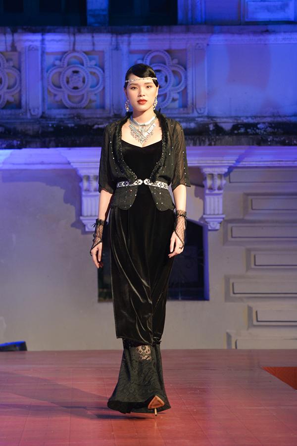 Trang phục truyền thống của Việt Nam được cách điệu kết hợp với những chiếc áo choàng ngắn đính pha lê lấp lánh đặc trưng của trang phục nữ giới ở châu Âu thế kỷ 20.