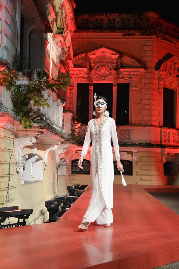 Nhà thiết kế muốn bộ sưu tập là sự kết nối lịch sử và văn hóa của 2 thế kỷ, giữa quá khứ và hiện đại.