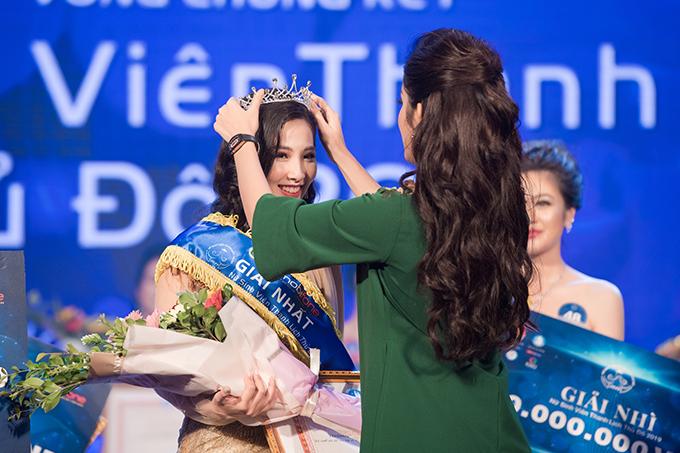 Á hậu Huyền My trao vương miện Hoa khôi. Người đẹp khuyến khích sinh viêntham gia vào các cuộc thi nhan sắc để hoàn thiện bản thân và tự tin thể hiện các tài năng của mình.