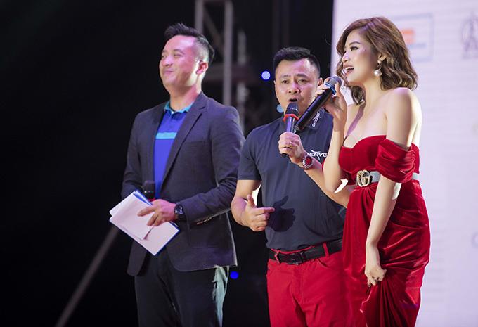 Tuy nhiên, chiếc váy cúp ngực trễ nải khiến Hoa hậu Đông Nam Á hơi bối rối khi di chuyển. Cô vừa đi vừa dùng tay giữ váy để tránh bị hớ hênh.