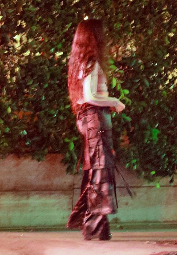 Camila mặc crop top kết hợp với quần ống rộng khi đi chơi với bạn trai.