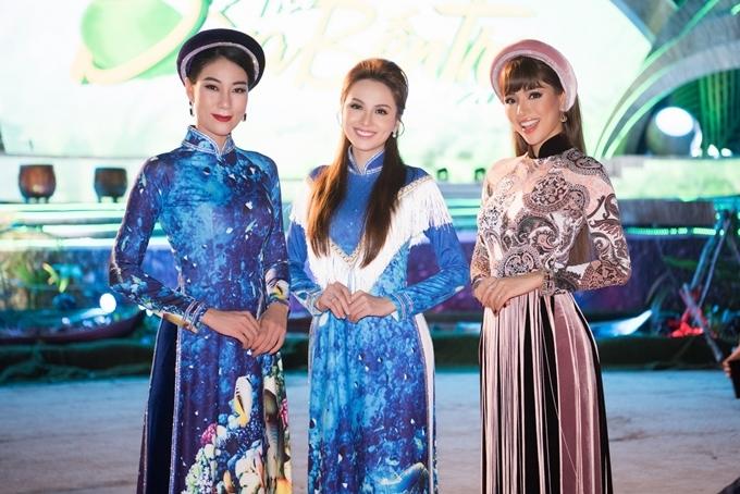 Người đẹp đọ dáng chân dài Thúy Nguyễn (ngoài cùng bên trái) và siêu mẫu Khả Trang (ngoài cùng bên phải).