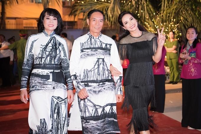 Cựu người mẫu Thúy Hạnh đưa bố mẹ tới dự chương trìnhtheo lời mời của NTK Nhật Dũng. Cô nhí nhảnh tạo dáng trên thảm đỏ sự kiện.