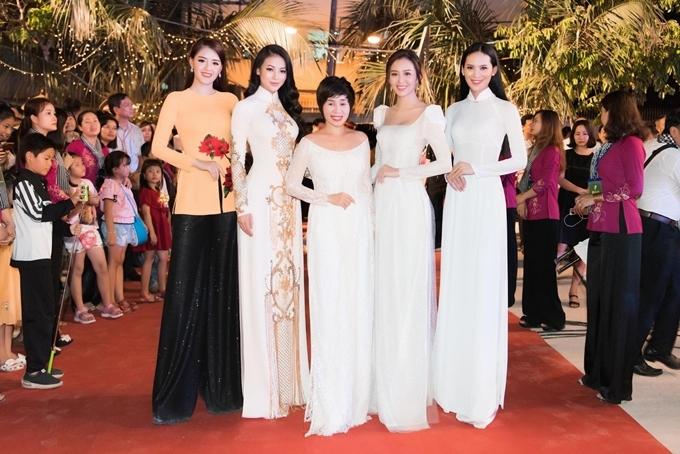 Bà Tuyết Nhung (giữa) bên dàn người đẹp là đại sứ cuộc thi Người đẹp Xứ Dừa 2019.