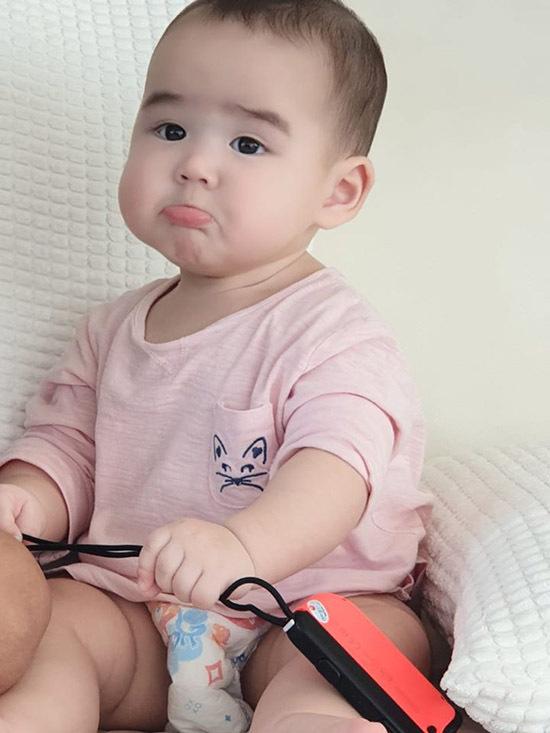 Biểu cảm ngộ nghĩnh của nhóc tỳ 7 tháng tuổi khi ngồi xem chị chơi game.