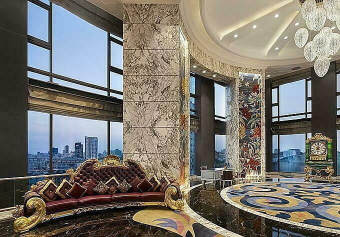 Khu vực đại sảnh mang phong cách hoàng gia, quý tộc. Căn phòng đắt nhất ở khách sạn này mang tên design suite, được thiết kế với nhiều chi tiết tinh xảo, độc đáo, sàn lát gỗ, tranh tường... Ngoài ra, khách sạn này còn có nhà hàng và phòng trà sang trọng, khá nổi tiếng trong giới sành điệu Sài Gòn.