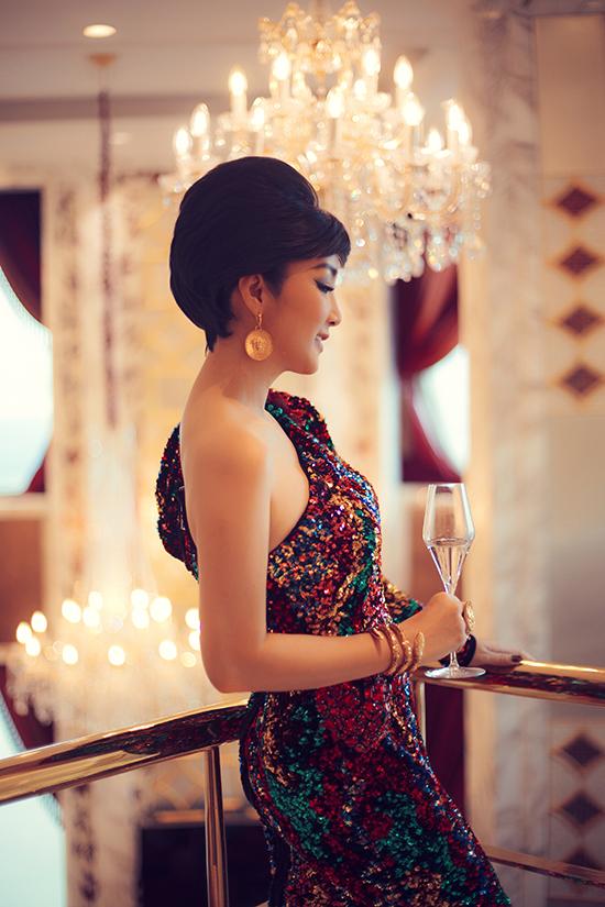 Váy lệch vai thiết kế trên chất liệu sequins đa sắc vừa giúp người mặc nổi bật, vừa tôn hình thể gợi cảm.