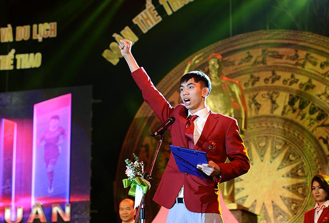 VĐV bơi Nguyễn Huy Hoàng đọc lời tuyên thệ trong lễ xuất quân của đoàn thể thao Việt Nam dự SEA Games 30. Ảnh: Quý Lượng.