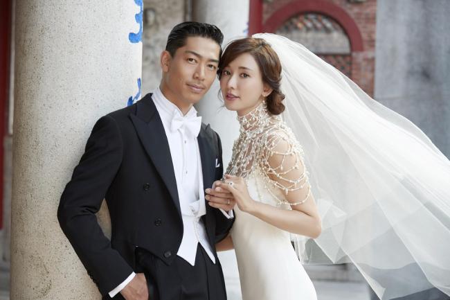 Đám cưới siêu mẫu, diễn viên Đài Loan Lâm Chí Linh diễn ra chiều nay 17/11 tại Đài Nam - quê nhà cô dâu. Tại khách sạn, Lâm Chí Linh khoác tay cha, sau đó ông trao cô cho chàng rể người Nhật Bản. Mọi người rời tới tiến hành nghi thức cưới.