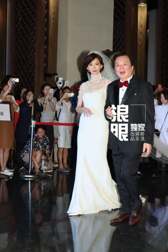 Trước đó, Tại khách sạn, Lâm Chí Linh khoác tay cha, sau đó ông trao cô cho chàng rể người Nhật Bản. Mọi người rời tới tiến hành nghi thức cưới.