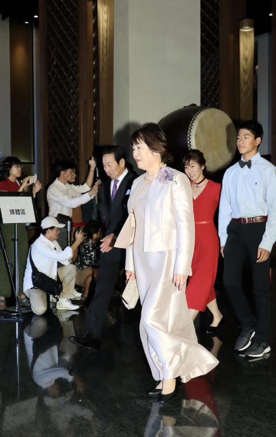 Bố mẹ chú rể từ Nhật Bản sang dự cưới con.Lâm Chí Linh là người mẫu, diễn viên nổi tiếng Đài Loan. Cô sở hữu vẻ đẹp gợi cảm và thường xuyên lọt vào top bình chọn mỹ nhân đẹp nhất xứ Đài. Chí Linh tham gia một số phim như Đại chiến Xích Bích, Tây Du Ký 3, Thích Lăng... Cô từng một thời gian dài yêu tài tử Ngôn Thừa Húc rồi chia tay. Chồng hiện tại của Lâm Chí Linh là Akira, người Nhật Bản, phát triển sự nghiệp với vai trò ca sĩ trực thuộc nhóm EXILE - nhóm nhạc 19 thành viên nổi tiếng tại Nhật Bản từ năm 2001.