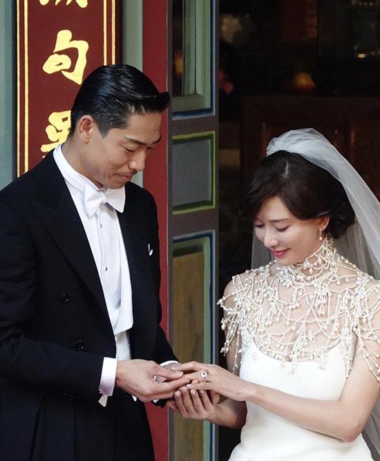 Cô dâu, chú rể trao nhau nhẫn cưới.