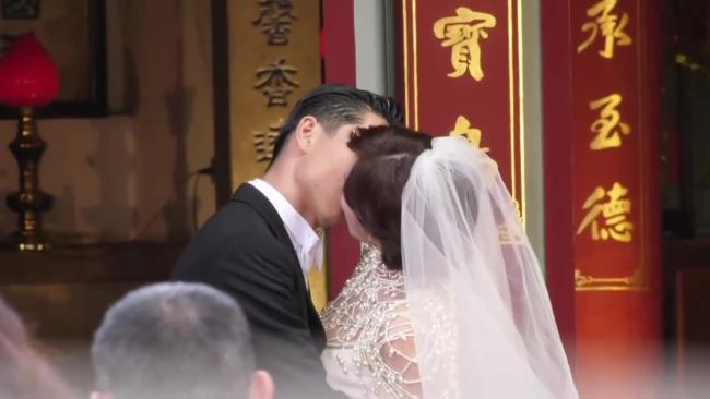 Cặp đôi nhiều lần hôn nhau trong đám cưới. Cô dâu rất xúc động, thi thoảng lại khóc.