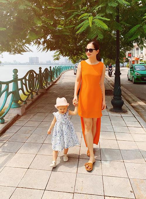 Lan Phương cùng con gái Lina 18 tháng tuổi dạo phố cuối tuần.