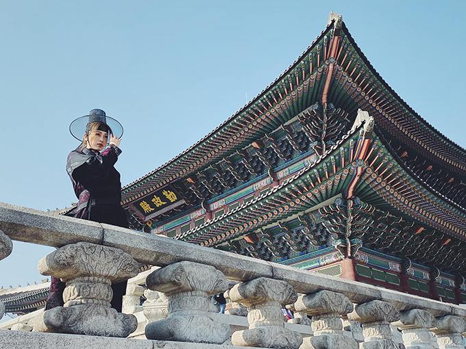 Vốn dĩ ta một lòng muốn giang sơn, từ sau khi nàng đến thì ta thực sự không muốn nữa. Cám ơn nàng Bình An đã chụp cho ta bức ảnh này vào đúng ngày sinh thần, Á hậu Phương Nga chia sẻ. Cô và bạn trai - diễn viên Bình An - đang có chuyến du lịch dài ngày ở Hàn Quốc.