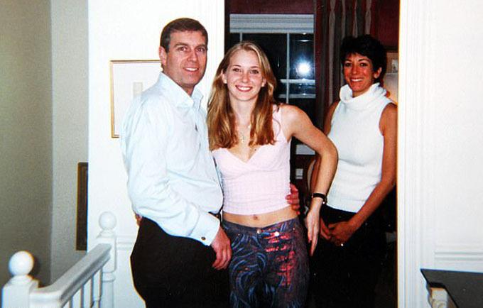 Bức ảnh Hoàng tử Andrew ôm eo Virginia, bên cạnh là Ghislaine Maxwell, bạn gái của tỷ phú Epstein và cũng là người dắt mối nô lệ tình dục. Ảnh: Virginia Roberts.
