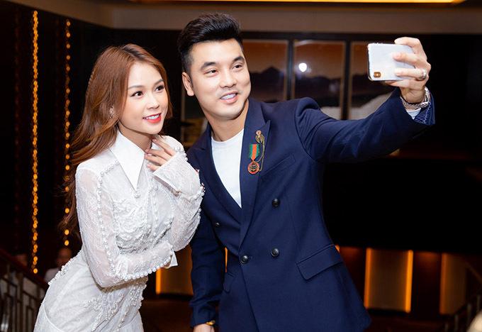 Nam ca sĩ Thà rằng như thếvà nữ diễn viên Gia đình là số 1 vui vẻ chụp ảnh selfie.