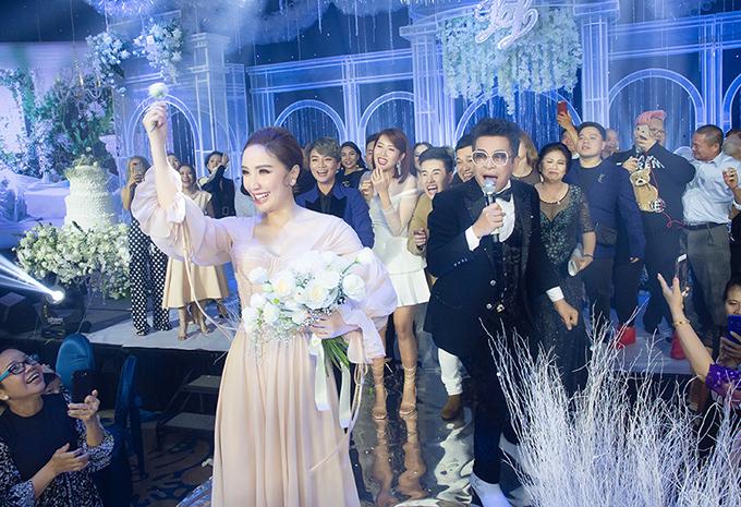 Bảo Thy tung hoa cưới. Ảnh: Vũ Huy Bình