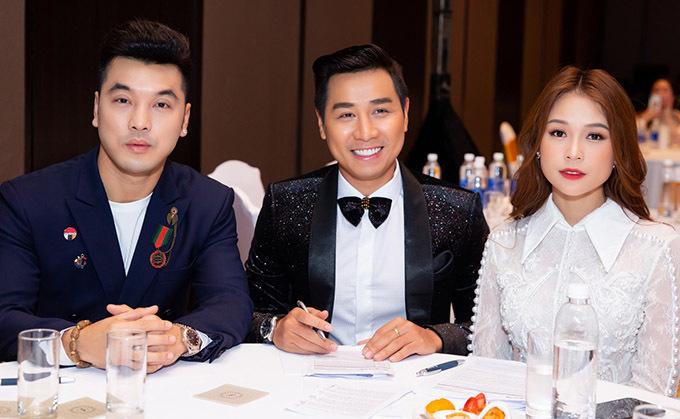 MC Nguyên Khang (giữa) dẫn dắt sự kiện tổ chức tại một khách sạn 5 sao ở TP HCM. Anh chụp ảnh cùng Ưng Hoàng Phúc và Sam.